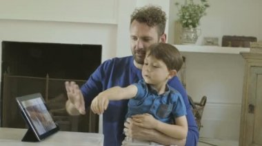 Father and son watching digital tablet — Stok video