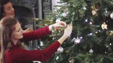 Mujeres decoración árbol de Navidad — Vídeo de Stock