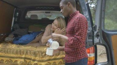 Femme appréciant café en voiture — Vidéo