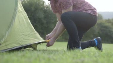 Man pushing tent peg into ground — Wideo stockowe
