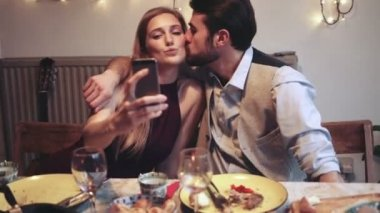 Woman taking selfie while man kissing her — Vídeo de Stock