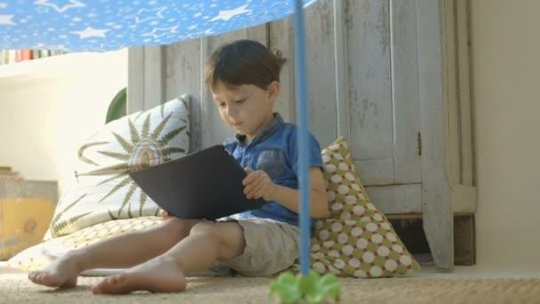 Niño jugando con tableta digital — Vídeo de stock