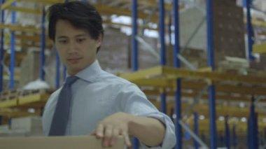 Man using barcode reader — Vídeo de Stock