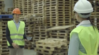 Engineer holding digital tablet — Stock Video