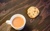 A cup of tea and a chocolate chip cookie — Stock Photo