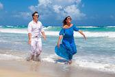 Pláž pár chůze na romantické cestování. — Stock fotografie
