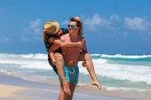 Casal de praia andando sobre viagens românticas. — Fotografia Stock