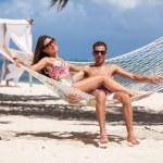 ロマンチックなカップルのビーチ ハンモックでリラックス — ストック写真 #73922859