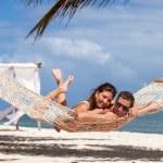 ロマンチックなカップルのビーチ ハンモックでリラックス — ストック写真 #73922961