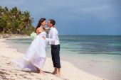Beach couple walking on romantic travel. — Stock Photo