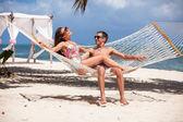 Romantisch zu zweit entspannen in Strand-Hängematte — Stockfoto