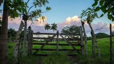 Wooden gates with a beautiful cloudy timelapse in background — Stock Video