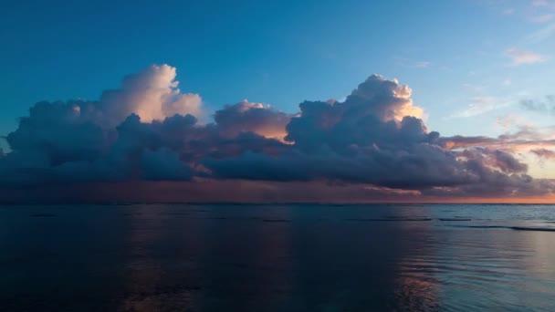 Hermoso amanecer sobre el océano — Vídeo de stock