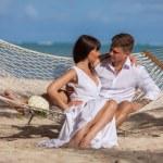 hamak plaj rahatlatıcı romantik Çift — Stok fotoğraf #75818295