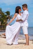 Strand paar Wandern auf romantischen Reisen. — Stockfoto