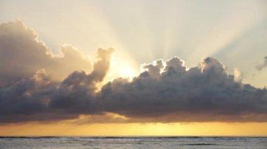 Video de beau lever de soleil au-dessus de l'océan — Vidéo