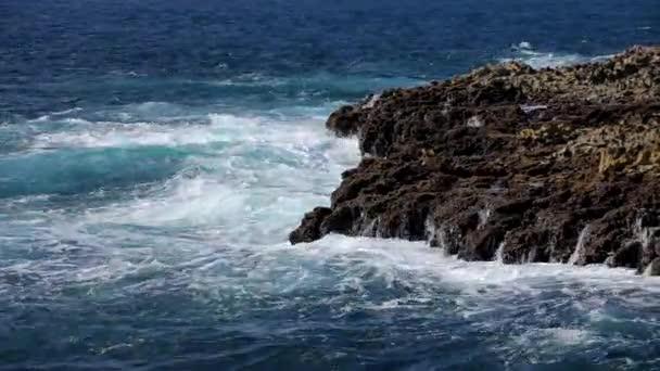 Splash de ola de océano en el video de arrecifes — Vídeo de stock