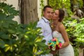 Bruden och brudgummen i trädgården tillsammans — Stockfoto