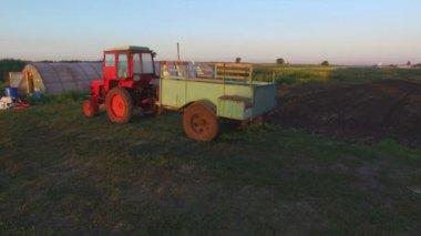 Farm tractor in a field — Stock Video