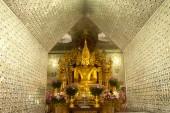 Golden Buddha in Golden Pagoda in Sanda Muni Paya in Myanmar. — Zdjęcie stockowe