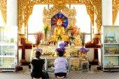 People worship of Golden Buddha in  pagodas on  Kuthodaw Pagoda,Myanmar. — Foto Stock