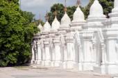 Row of white pagodas in Maha Lokamarazein Kuthodaw Pagoda in  Myanmar. — Stock Photo