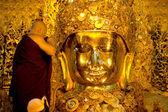 The worship Mahamyatmuni Buddha,Myanmar. — Stock Photo