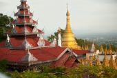 Temple roof and Stupa ,Sutaungpyai Pagoda,Mandalay Hill,Myanmar. — Fotografia Stock