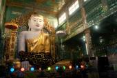 The seated Buddha presiding in Soon U Pone Nya Shin Paya,Myanmar. — Foto de Stock