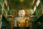 The seated Buddha presiding in Soon U Pone Nya Shin Paya,Myanmar. — Stockfoto