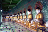 Row of Buddhas in U Min Thonze cave ,Sagaing hill,Myanmar. — Stock Photo