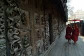 Myanmar junge Mönche Wandern Shwenandaw Kloster in Mandalay, Myanmar. — Stockfoto