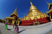 Women bring fruits Shwemawdaw Paya Pagoda worship in Hongsawaddy city,Myanmar. — Stock Photo