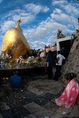 Peoples praying Kyaikhtiyo Pagoda,Myanmar. — Foto de Stock