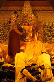 The ritual of daily face washing Mahamyatmuni Buddha,Myanmar. — Zdjęcie stockowe