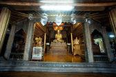 Golden Buddha inside at wood Church of Nyan Shwe Kgua temple in Myanmar. — Stock fotografie