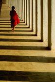 Young Novice Monk walking in Ananda temple,Bagan , Myanmar. — 图库照片