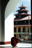 Monk in Myanmar temple. — Zdjęcie stockowe