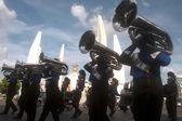Banda marcial mostrando em harmonia mundo fantoche Carnaval em Bangkok, Tailândia. — Fotografia Stock