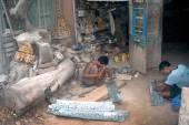 Burmese man working a Brass at Myanmar art work. — Stock Photo