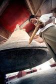 Man hitting the  Mingun bell in Myanmar. — Stock Photo
