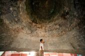 Man inside a Mingun bell in Myanmar. — Stock Photo