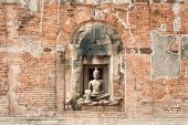 Outdoor ancient Buddha In Phra Prang Sam Yod Temple,Thailand. — Stock Photo
