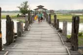 Bewohner und Besucher auf die U-Bein Brücke, Myanmar Reisen. — Stockfoto