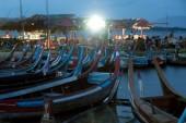 Traditional boat on the shore of the lake near Uben bridge. — Stock Photo