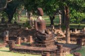 Group of Buddhas in Khamphaengphet historical park in Thailand . — Stockfoto