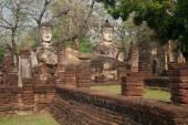 Group of Buddhas in Wat Phra Kaeo temple in Khamphaengphet Historical Park . — Stock Photo