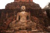 Alten sitzender Buddha im Tempel Wat Mahathat in Sukhothai Historical Park. — Stockfoto