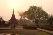 Wat Mahathat temple in the sunlight in the evening at Sukhothai Historical park. — Stock Photo