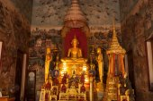 Indoor of famous  sitting Buddha in Thai Temple. — Stock Photo
